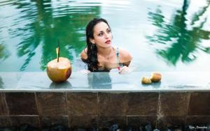 Photographie tropicale dans une piscine avec cocotiers et eau turquoise
